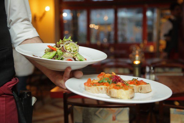 Posiłki na mieście – na co zwracać uwagę jedząc w restauracjach żeby nie przytyć?