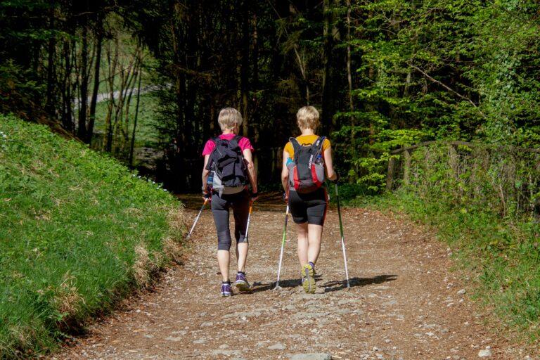 Nordic walking – czym różni się od zwykłego spaceru?
